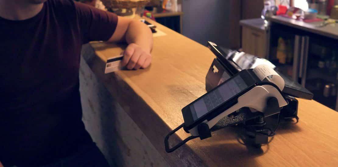 zákazník v reštaurácii platí kartou