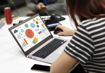 pracujúca žena na laptope