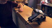 zákazník v reštaurácii platí kartou v popredí orange zostava