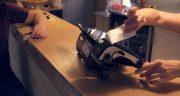 čašníčka, v popredí orange zostava v reštaurácii, platba kartou