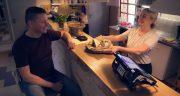 čašníčka so zákazníkom, v popredí orange zostava v reštaurácii